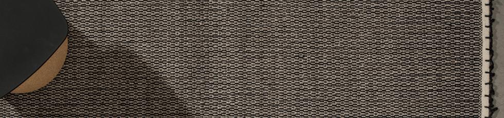 Walden è una riflessione sugli oggetti semplici in un ambiente naturale. Una microstruttura colorata, posata su una tessitura in lana e viscosa ad effetto mélange. Ognuno dei 6 colori disponibili è scelto con cura, tono su tono o a contrasto con il filato della base. Le frange sono ottenute con una tecnica particolare di ritorcitura ed applicazione manuale sul bordo del tappeto.