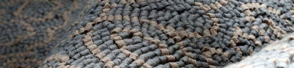 Tappeto tuftato a mano in feltro di lana . Bisanzio è un mosaico fatto di feltro, un omaggio agli splendidi lavori di Ravenna e all'estetica di una civiltà che non smette mai di sorprenderci.
