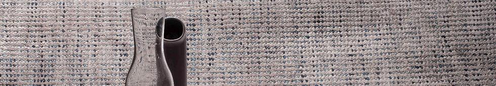 Tappeto in lana e tencel, tessuto a mano. Dots è una superficie morbida e continua, finemente lavorata con elementi in lana ritorta. La puntinatura in differenti tonalità di colore è ottenuta grazie alla particolare tecnica di tintura e torcitura delle lane.