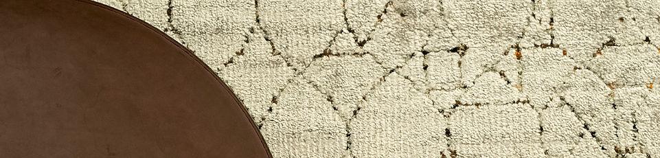 Tappeto annodato a mano, tecnica persiana, in seta di bamboo e seta di sari riciclata. La ricchezza dei colori dei sari femminili indiani in seta, rielaborata dagli scarti dell'idustria tessile in un blend di filati  e colori vibranti. Barbés è un disegno regolare la cui trama si interrompe casualmente con l'irregolarità del colore.