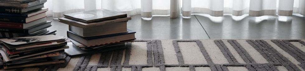 Tappeto in lana e viscosa, tessuto a mano. Bauhaus è un omaggio all'arte tessile dell'omonima scuola di design e di pensiero, un fenomeno che ha caratterizzato un'era ed il suo linguaggio espressivo.