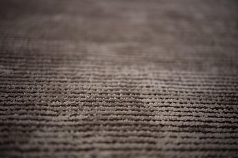Superficie irregolare con le linee della viscosa che si scambiano con quelle della lana sottostante. Un pattern orizzontale dove cangianza ed opacità si fondono in una superficie tridimensionale.