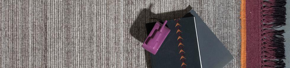 Elemental è un tappeto essenziale, basico ma fortemente sentito, che risponde ai desideri primari di materia e colore dell'uomo.  Potente e primitivo, Elemental è in sintonia e composto da uno degli elementi classici: aria, terra, fuoco e acqua.  E' realizzato con tessitura 'handloom' in blend di lana e viscosa con bordi colorati in due tinte diverse. Frange colorate con tecnica 'dip dye'.