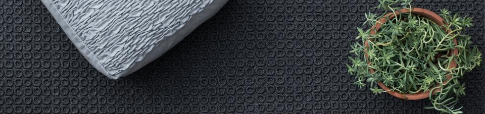 Tappeto in fibra sintetica 'w-proof'®, tessuto e assemblato a mano. Arles è realizzato applicando e cucendo a mano anelli a rilievo, su una sottile base tessile. E' un tappeto prezioso, elaborato e di complessa lavorazione.