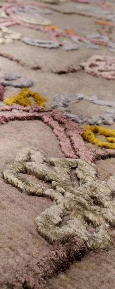 Tappeto annodato a mano, tecnica indotibetan, in lana neozelandese e viscosa. Kashmir riprende i motivi classici di questa regione. Originariamente realizzati a ricamo 'chainstitch' su tessuti, sono rivisitati con linee geometriche e trame contemporanee.
