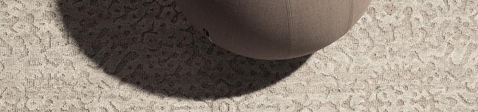 Tappeto annodato a mano, tecnica persiana, in blend di lana e viscosa filate manualmente. Il linguaggio visuale dei tappeti persiani si 'incontra' con quello contemporaneo del design occidentale. Una tradizione artistica che si evolve al presente.