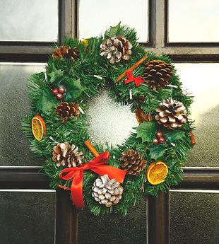 Traditional_wreath_far.jpg