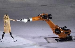Robô da Kuka é atração na abertura das Paralimpíadas