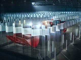 Sem operador, carregadeira anda em labirinto de vidro