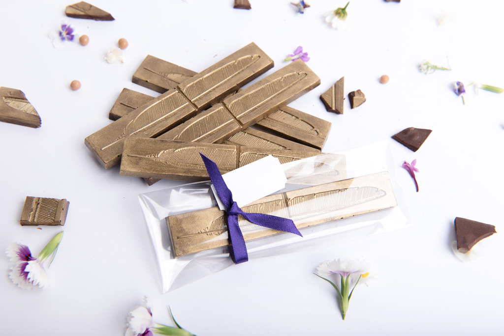 Individual feather chocolate bar for wedding favour by velvetier brisbane bomboniere