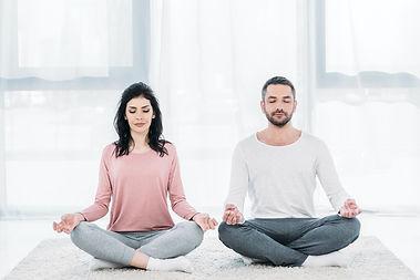 pareja meditando modificada.jpg