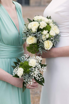 Bouquet de mariée et demoiselle d'honneur