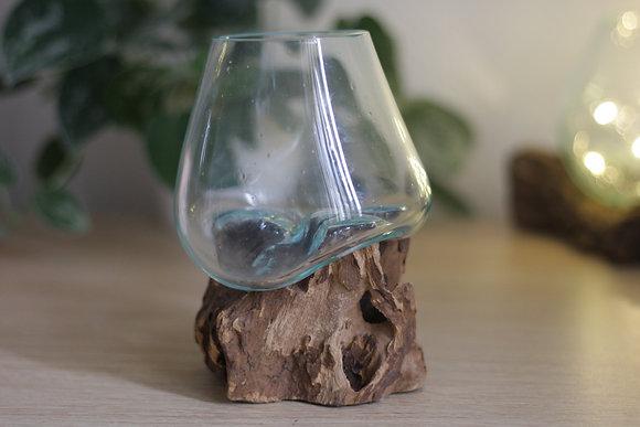 Vase en verre soufflé sur du bois