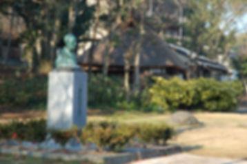 野村望東尼の胸像と平尾山荘