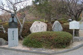 防府天満宮境内の歌碑と胸像