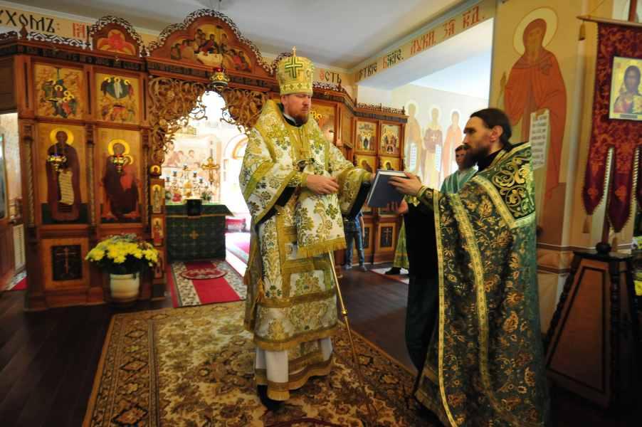Службу вел митрополит Владимир.