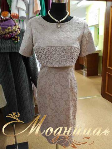 Платье выполнено из жаккардовой ткани. Болеро снимается и можно носить просто платье-футляр. Стоимость 11 500 рублей