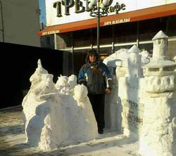 Снежная композиция рядом с Домом одежды  2