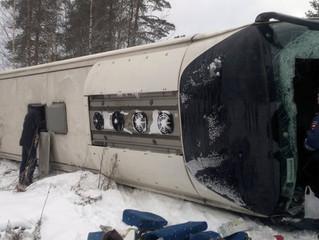 Автобус с туристами перевернулся на трассе в Карелии, один человек погиб