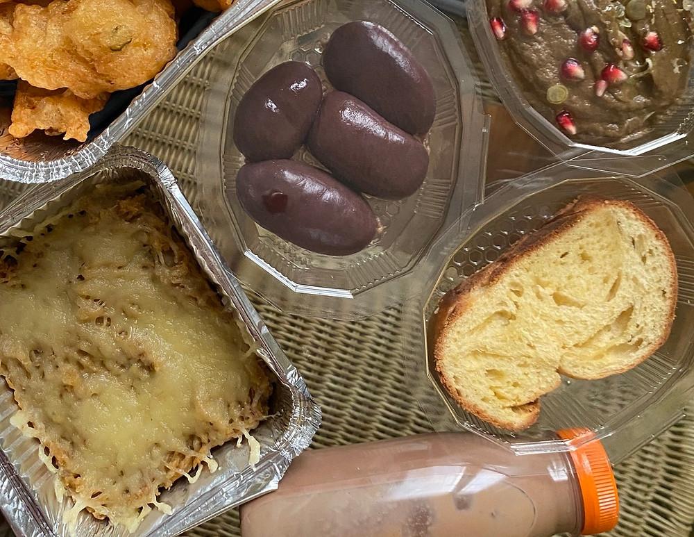 Boudins antillais, accras de morue, gratin de banane jaune et pain au beurre chocolat !
