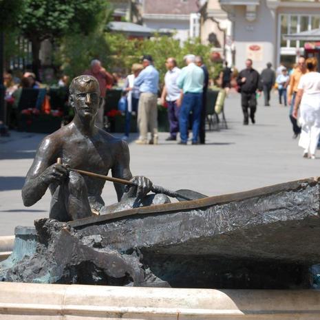 Csónakos Statue