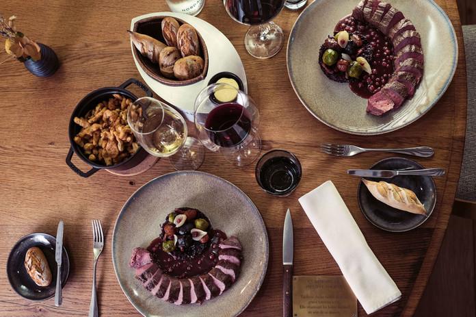 Selle de chevreuil sauvage, découpée en salle, spätzlis soufflés, déclinaison de choux,  marrons glacés & sauce grand veneur aux airelles.