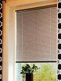 Алюминиевые горизонтальные жалюзи в проеме окна