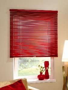 Алюминиевые горизонтальные жалюзи 25 мм на проеме окна