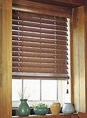 Деревянные горизонтальные жалюзи 50 мм в проеме окна