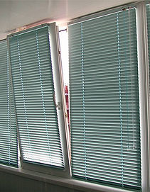 Горизонтальные жалюзи 25 мм на створке окна