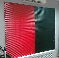 Алюминиевые  горизонтальные жалюзи 25 мм на стен сверху оконного проема