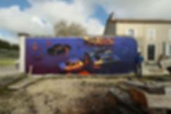 artiste zoer zoerism peinture acrylique murale de voitures submergees par l eau des gens contemplant la disparition en france
