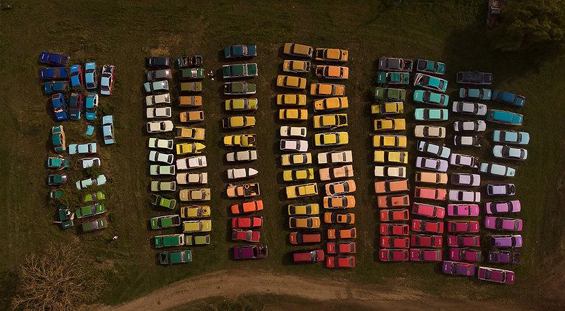 artiste zoer installation solara rassemblant epaves automobiles une couleur par voiture dans plus vieille casse de france
