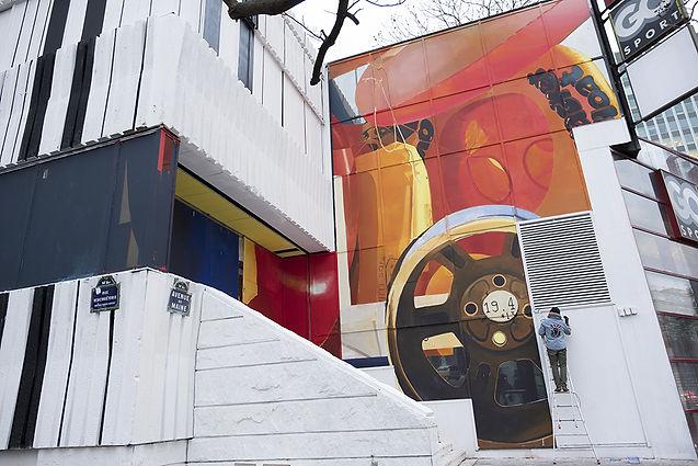 Artiste zoer zoerism fresque murale peinture acrylique figurative avec objets gonflables le consulat montparnasse paris 2018