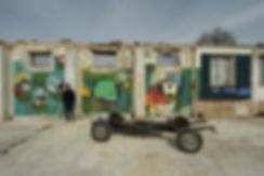 artiste zoer zoerism peinture contemporaine de maisons submergees par eau avec chassis de voiture renault 2 chevaux france