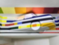 artiste zoer zoerism sculpture de voiture bmw anamorphose de bandes de couleur peintes titre tracks armancette hotel france