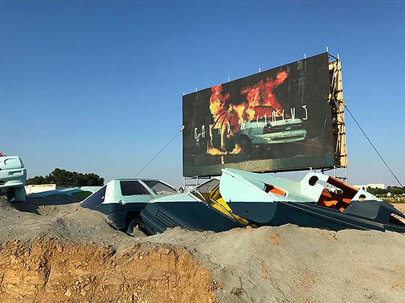 Artiste zoer zoerism installation artistique nouvelle vague avec voitures peintes et enterrees nantes France 2018