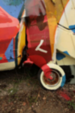 artiste zoer zoerism detail peinture acrylique sur voiture entassees titre silhouette a bascule casse automobile France 2017