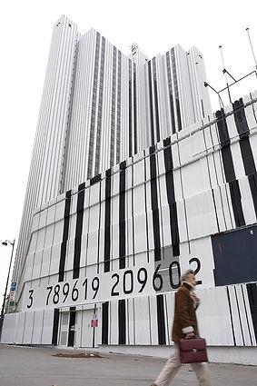 Artiste zoer zoerism detail fresque murale peinture acrylique de code barre geant pour le consulat montparnasse paris 2018