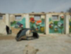 artiste zoer zoerism peinture contemporaine de maisons submergees par eau avec coque de voiture renault 2 chevaux france