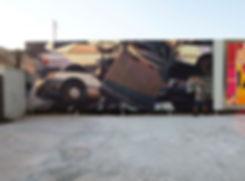 Artiste zoer zoerism detail peinture acrylique realiste sur metal d epaves de voitures avec lumiere doree
