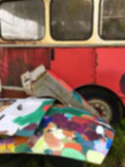 artiste zoer zoerism peinture acrylique réaliste de voitures en bas relief decor de vacances sur epave de bus scolaire 2019