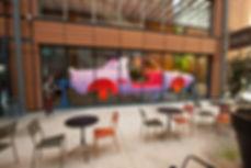 Artiste zoer zoerism fresque murale peinture acrylique sur verre nu une epave de voiture pour la biennale de lyon mac lyon