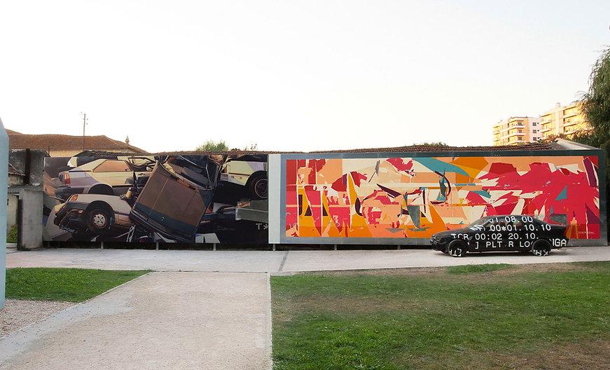 Artiste zoer zoerism peinture acrylique sur mural d'épaves de voitures à leiria au Portugal