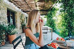 femme dégustant son petit-déjeuner sain et équilibré dans un hotel en provence