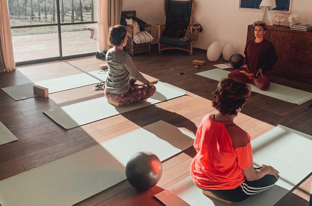 cours yoga femmes intérieur boisé