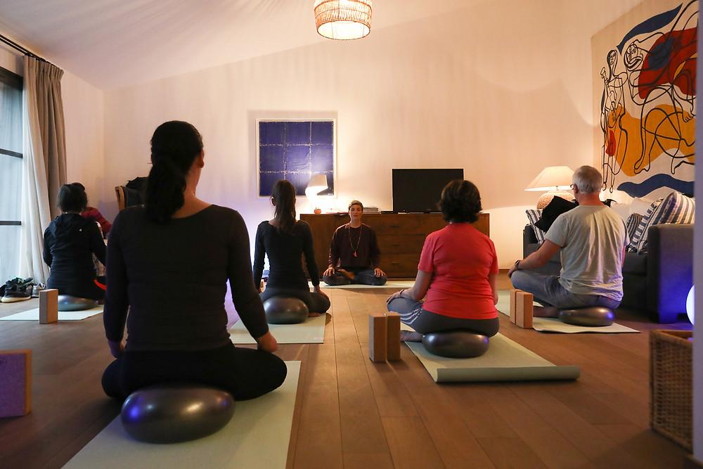 cours yoga mixte intérieur boisé
