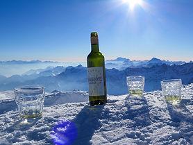 Weinflasche im Schnee