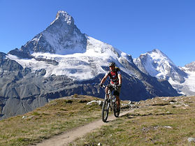 Biker im Hintergrund das Matterhorn