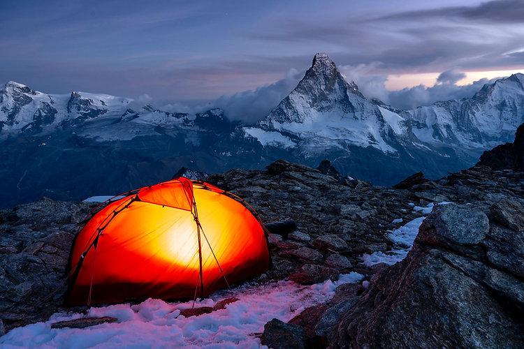 Zelt am Abend mit Matterhorn im Hintergrund